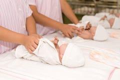 Habillage des poupées de bébé Photos libres de droits