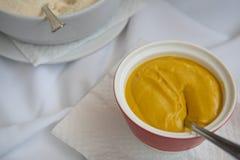 Habillage jaune délicieux frais de nourriture de moutarde Photographie stock