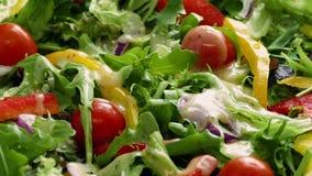 Habillage versé sur la salade fraîche clips vidéos
