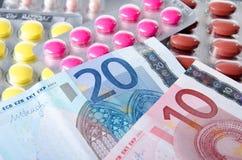 Habillages transparents de pilules avec des billets de banque Images libres de droits