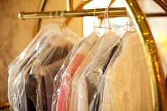 Habillement à la mode soigné enveloppé et couvert images stock