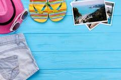 Habillement d'été sur le plancher bleu Photographie stock libre de droits
