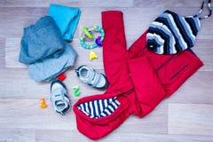 Habillement d'hiver de bébé, concept, automne, espadrilles, chapeaux, jouets comment habiller le bébé en hiver Choisissez les cha Image stock