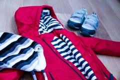 Habillement d'hiver de bébé, concept, automne, espadrilles, chapeaux, jouets comment habiller le bébé en hiver Choisissez les cha Photographie stock