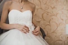 Habillement d'une robe de mariage 1677 Image libre de droits