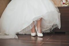 Habillement d'une robe de mariage 1676 Photographie stock libre de droits