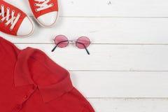 Habillement de femmes réglé et accessoires sur un fond en bois rustique Sports T-shirt et espadrilles dans des couleurs lumineuse Image stock