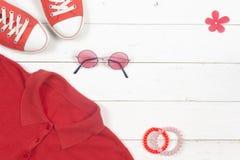 Habillement de femmes réglé et accessoires sur un fond en bois rustique Sports T-shirt et espadrilles dans des couleurs lumineuse Images libres de droits