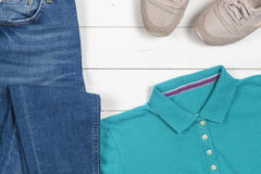 Habillement de femmes réglé et accessoires sur un fond en bois rustique Sports T-shirt et espadrilles dans des couleurs lumineuse Photos libres de droits