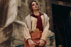 Habillement de haute couture Femme dans des vêtements à la mode dans la rue Image stock