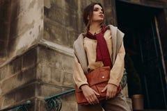 Habillement de haute couture Femme dans des vêtements à la mode dans la rue Photo stock