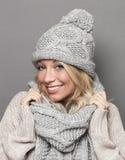 Habillement de port de sourire d'hiver de laine de fille pour la chaleur et le confort Photos libres de droits