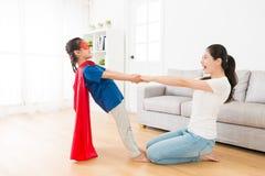 Habillement de port de super héros de jolie fille d'enfants Image stock