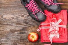 Habillement de sports avec la pomme et la bouteille Photographie stock