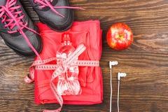 Habillement de sports avec la pomme et les écouteurs Image stock