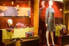 Habillement et accessoires luxueux de femme à vendre dans l'affichage de fenêtre de magasin Photos stock