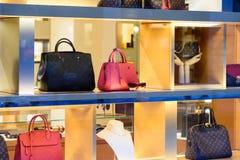 Habillement et accessoires luxueux de femme à vendre dans l'affichage de fenêtre de magasin Images stock