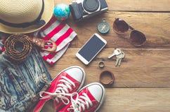 Habillement et accessoires pour des femmes sur le plancher en bois Image stock