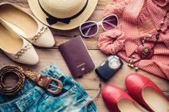Habillement et accessoires pour des femmes sur le plancher en bois - style de vie Photo stock
