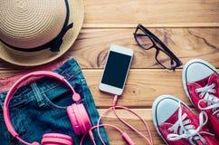 Habillement et accessoires pour le voyage sur le plancher en bois Image libre de droits