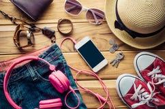Habillement et accessoires pour le voyage sur le plancher en bois Photo stock