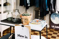 Habillement et cadeaux à un magasin à Stockholm, Suède photos libres de droits
