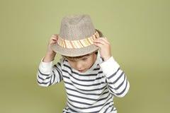Habillement et mode d'enfants : Enfant expressif avec Fedora Hat image libre de droits