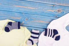 Habillement et habillement pour la famille nouveau-née et se prolongeante et prévoir pour le concept de bébé, endroit pour le tex images stock