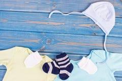 Habillement et habillement pour la famille nouveau-née et se prolongeante et prévoir pour le concept de bébé, endroit pour le tex photos libres de droits