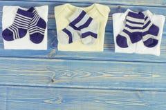 Habillement et habillement pour la famille nouveau-née et se prolongeante et prévoir pour le concept de bébé, endroit pour le tex image libre de droits