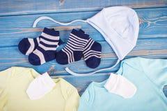 Habillement pour la famille nouveau-née et se prolongeante et prévoir pour le concept de bébé photos stock