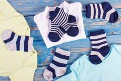 Habillement pour la famille nouveau-née et se prolongeante et prévoir pour le concept de bébé photographie stock
