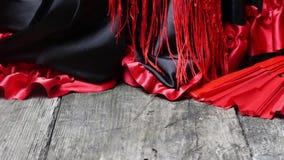 Habillement pour le flamenco avec la fan rouge banque de vidéos