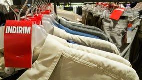 Habillements à la mode d'homme avec l'étiquette rouge de vente dans un magasin de boutique à Eskisehir Photo stock