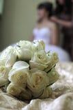Habillez la jeune mariée Photos libres de droits