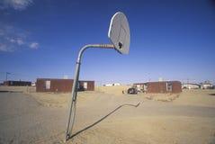Habitação social com campo de básquete na reserva indígena em Shiprock, nanômetro do Navajo fotos de stock
