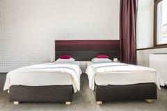 Habitación con dos solas camas Imagen de archivo
