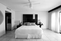 Habitación de dormitorio del centro turístico del hotel en blanco y negro Fotos de archivo libres de regalías
