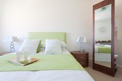 Habitación de dormitorio moderna Foto de archivo libre de regalías