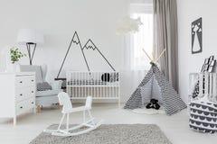 Habitación del niño con los muebles blancos Foto de archivo libre de regalías