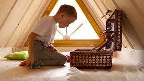 Habitación del niño en el desván de la casa El muchacho juega los juguetes almacen de video