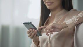 Habitación encantadora de la reservación de la muchacha con un smartphone, reserva fácil de usar metrajes
