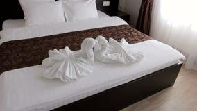 Habitación hermosa con una cama matrimonial almacen de video