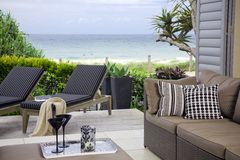 Habitación hermosa de la línea de costa con opiniones de océano foto de archivo libre de regalías