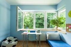 Habitación del niño con la ventana abierta Fotografía de archivo libre de regalías