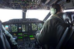Habitacle et pilotes militaires d'avion de transporteur Photo stock