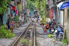 Habitant au chemin de fer à Hanoï, le Vietnam Photo libre de droits