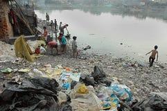 Habitantes de los tugurios de la Kolkata-India Foto de archivo