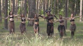 Habitantes del bosque que bailan en el bosque danza caliente, moviéndose simultáneamente Hadas del bosque, dríadas en trajes herm metrajes