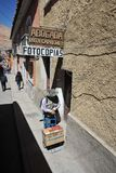 Habitantes locales en las calles de la ciudad Fotografía de archivo